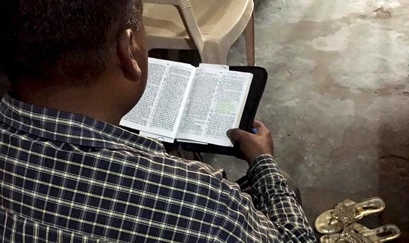 O pastor Biswas foi espancado por dez homens por causa de seu ministério na Índia. (Foto: Portas Abertas)