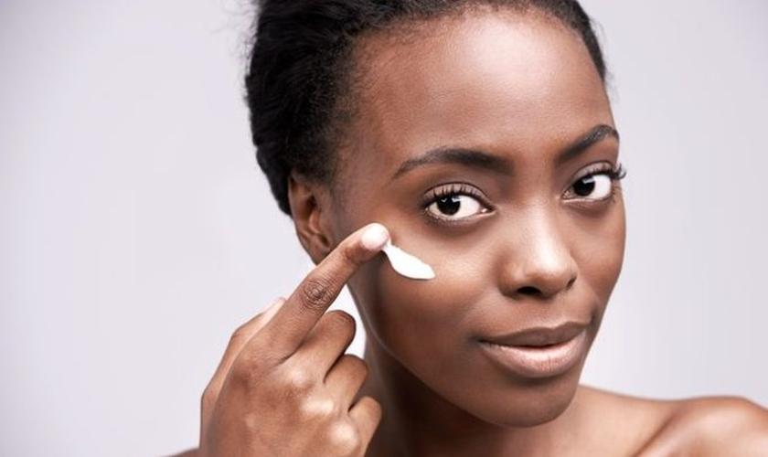 A pele negra é normalmente mais oleosa e isso causa maior propensão à acne. (Foto: Pexels/Reprodução)
