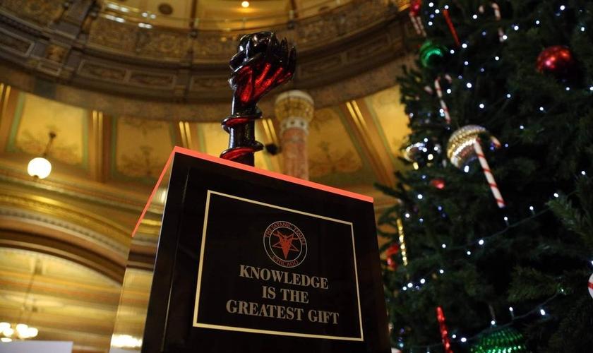 """O monumento é acompanhado pela frase: """"O conhecimento é o maior presente"""". (Foto: Templo Satânico)"""