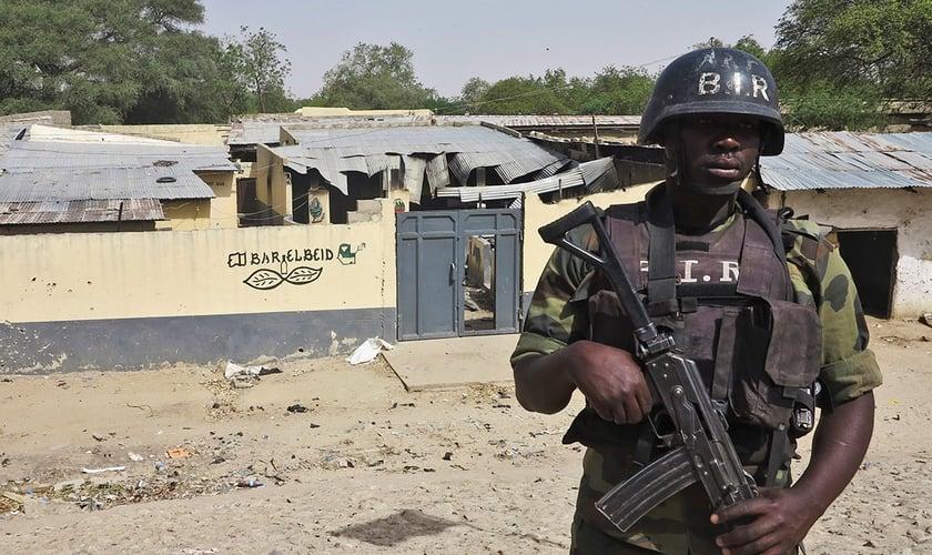 Soldado das forças especiais camaronenses. (Foto: Reuters/Bate Felix)