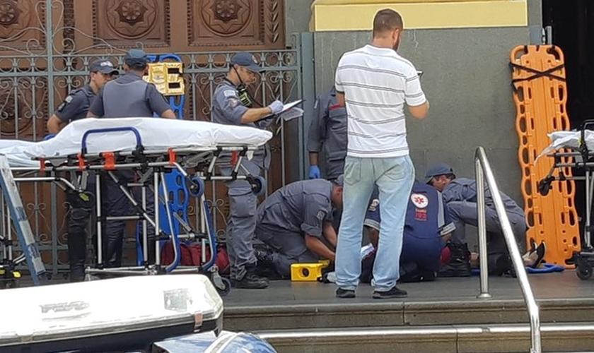 Vítimas são atendidas pelo Samu e Bombeiros, na Catedral Metropolitana. (Foto: Johnny Inselsperger/EPTV)