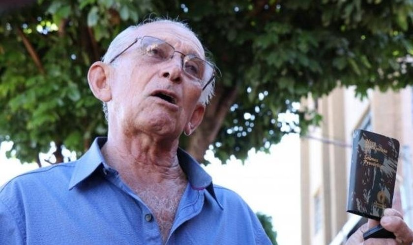 Sr. José dos Santos é militar aposentado e há cinco anos distribui Bíblias com o ministério dos Gideões Internacionais. (Foto: Henrique Kawaminami - Campo Grande News)
