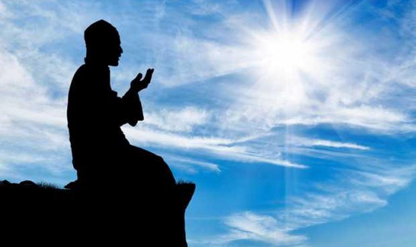 Jovem muçulmano orando. (Foto: Getty)