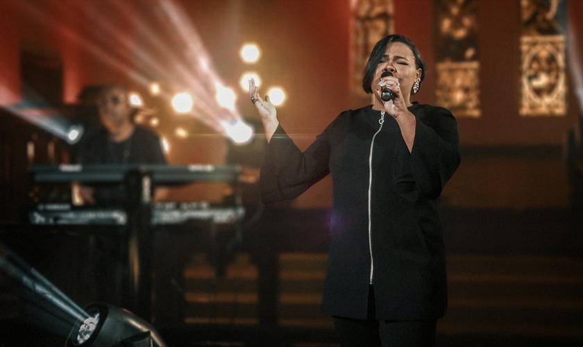 Cantora encerra o ano com música de gratidão cheia de belas harmonias. (Foto: Divulgação)