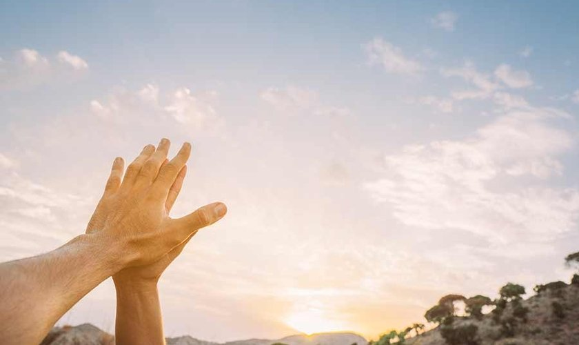 Mãos para os céus. (Foto: Getty)