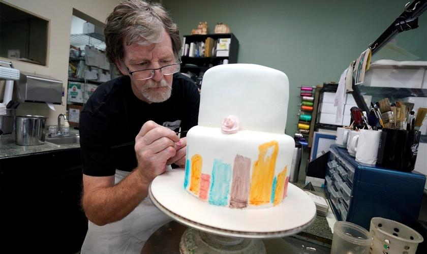 Confeiteiro Jack Phillips decora um bolo em sua loja, Masterpiece Cakeshop, em Colorado. (Foto: Rick Wilking/Reuters)