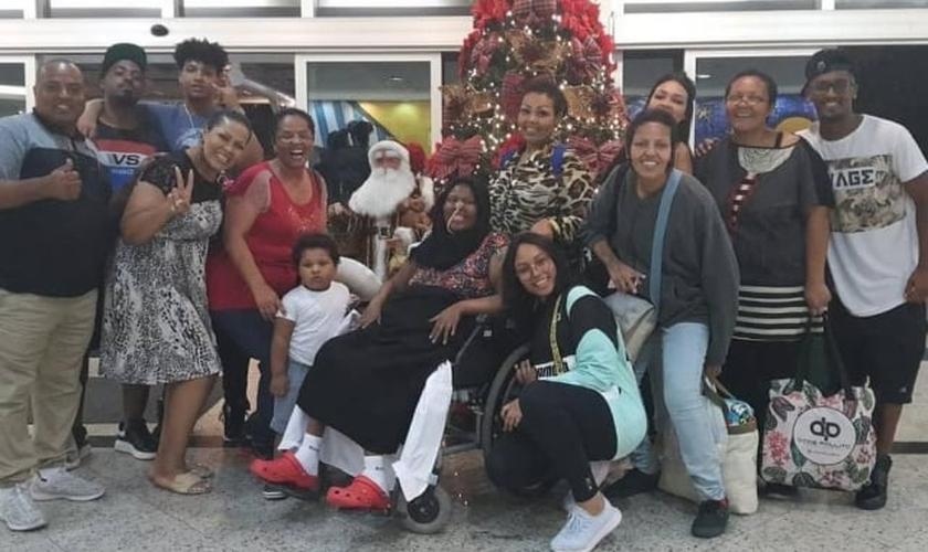 Deise Cipriano, do Fat Family, ao lado de amigos e familiares no dia em que recebeu alta do hospital. (Foto: Reprodução/Instagram)