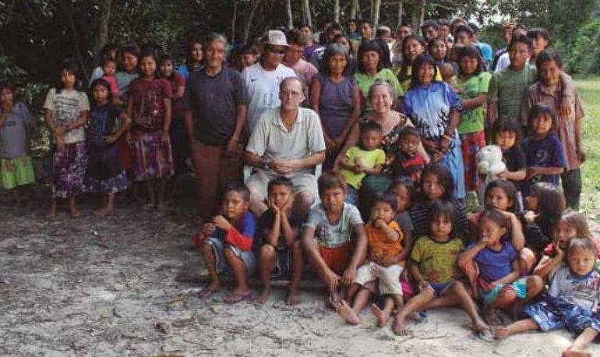 Casal de missionários norte-americanos Steve e Robin Campbell com índios da etnia jamamadi, no sul do Amazonas. (Foto: Divulgação)