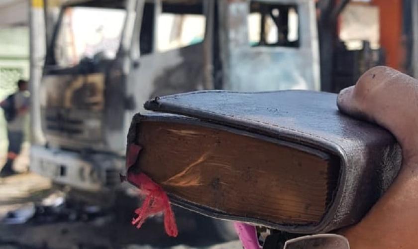 Bíblia foi o único objeto que se salvou no veículo incendiado. (Foto: Dorian Girão/TV Jangadeiro)