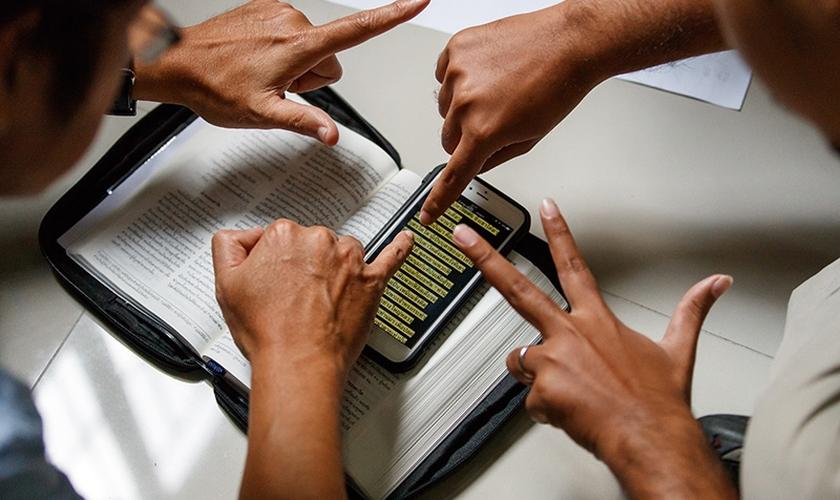 Apenas 2% das pessoas surdas ao redor do mundo têm acesso aos Evangelhos na língua de sinais. (Foto: Wycliffe Bible Translators)
