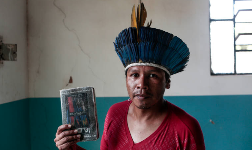 Pastor Edimar Pereira na igreja que lidera na aldeia Córrego do Meio, onde a população é majoritariamente evangélica. (Foto: Ian Cheibub/Folhapress)