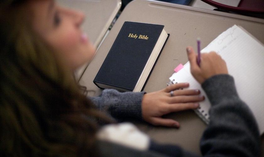 Imagem ilustrativa. Estudante com um exemplar da Bíblia em sua mesa na sala de aula. (Foto: Associated Press/David Goldman)
