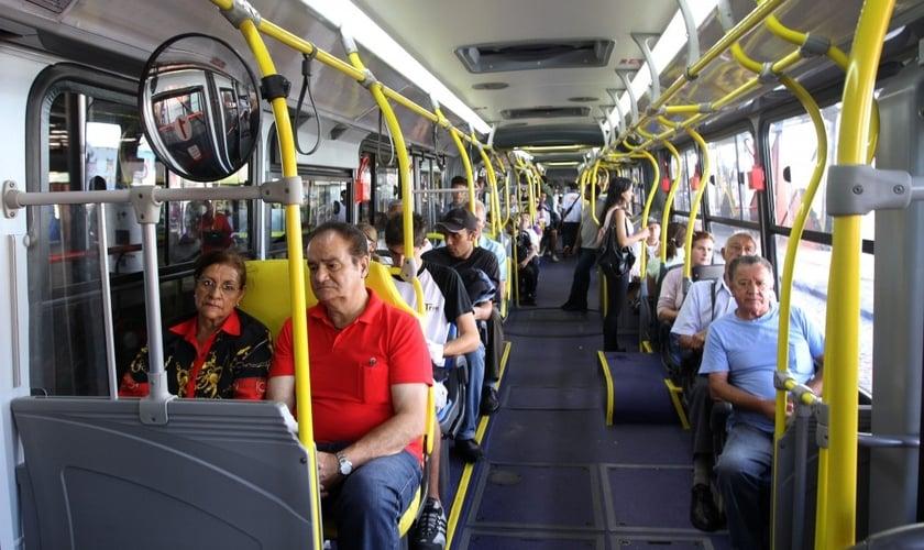 Imagem ilustrativa. Idosa impediu assalto em ônibus após orar por bandido. (Foto: Joel Rocha/SMCS)