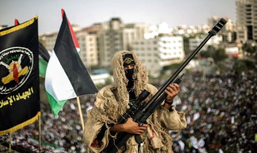 Terrorista palestino segura armamento pesado. (Foto: Alaraby)