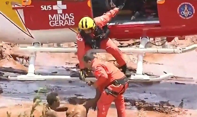 Imagens de Corpo de Bombeiros trabalhando em resgate em Brumadinho. (Foto: Reprodução/Record)
