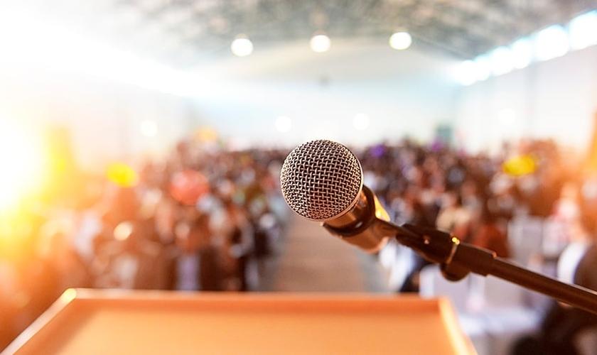 Muitos pastores sentem pressão sobre como abordar alguns tópicos no púlpito. (Foto: iStock)