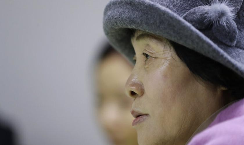 Desertora norte-coreana Kwak Jeong-ae, 65 anos, fala sobre perseguição religiosa em entrevista em Uijeongbu, na Coreia do Sul. (Foto: AP Photo/Lee Jin-man)