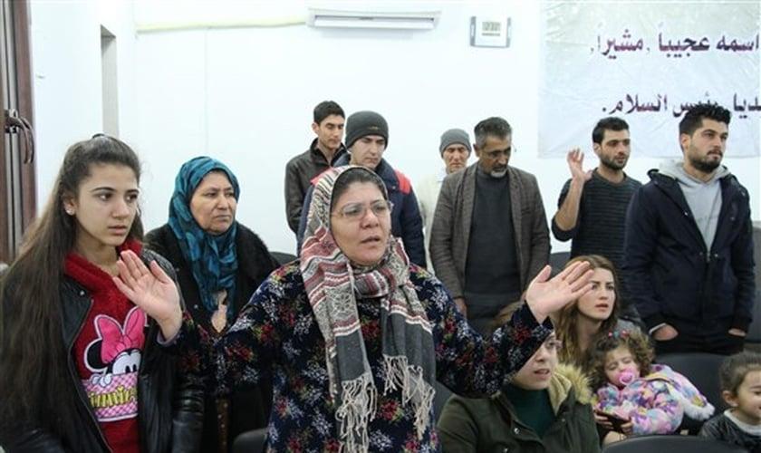 Membros durante culto na Igreja dos Irmãos em Kobani, na Síria. (Foto: NBC News)