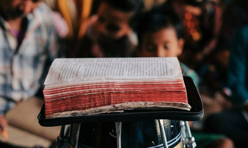 Tilak era analfabeto, mas conseguiu ler a Bíblia de maneira milagrosa. (Foto: The Timothy Initiative)