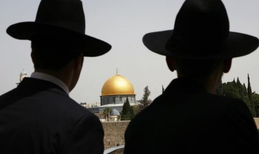 Judeus ultra-ortodoxos olhando para o Domo da Rocha na Cidade Velha de Jerusalém. (Foto: Reuters)
