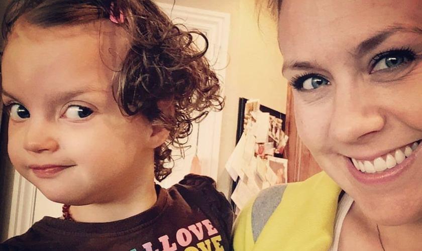 Carissa Beard Corson e sua filha, Ava, que foi diagnosticada com a Síndrome de Wolf-Hirschhorn. (Foto: Arquivo pessoal)