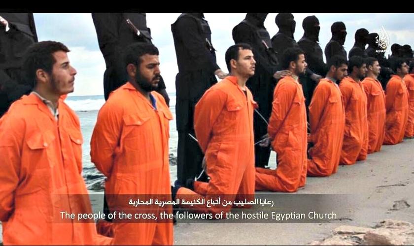 No dia 15 de fevereiro de 2015, o Estado Islâmico divulgou o vídeo com a execução de 21 cristãos em uma praia da Líbia. (Foto: Reprodução)