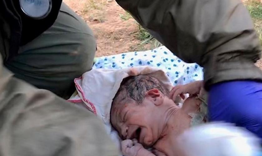 Médicos com formação militar ajudam a fazer partos de mulheres que fugiram do Estado Islâmico. (Foto: David Eubank/ Free Burma Rangers)