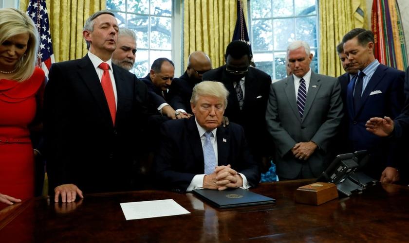 Líderes religiosos oram pelo presidente dos EUA, Donald Trump, no Salão Oval da Casa Branca. (Foto: Reuters/Kevin Lamarque)