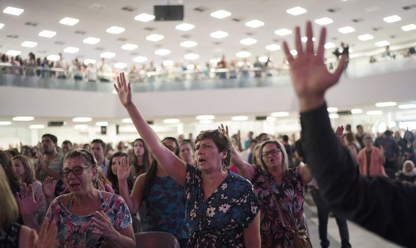 Fiéis em culto na Igreja da Assembleia de Deus Vitória em Cristo, no Rio de Janeiro. (Foto: AP/Leo Correa)
