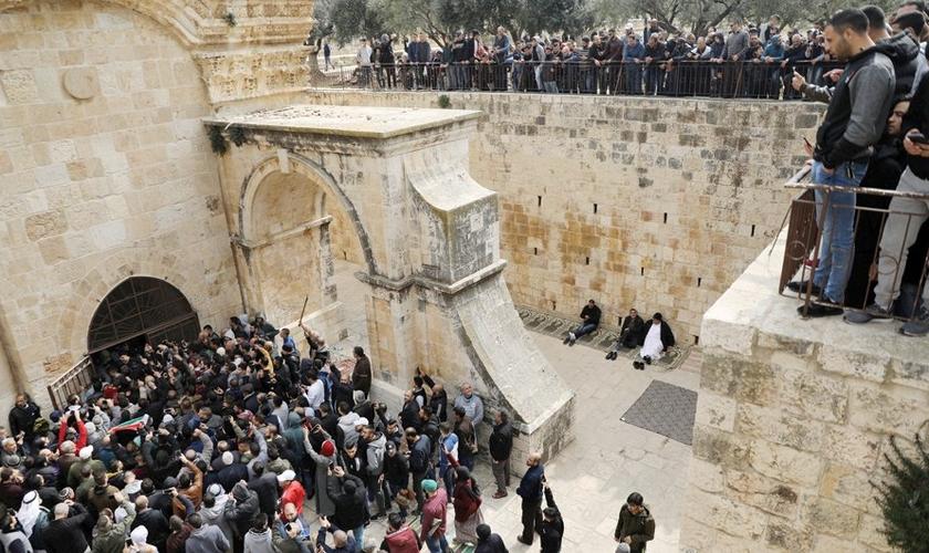 Muçulmanos palestinos entram no Portão Dourado, na Cidade Velha de Jerusalém. (Foto: Ammar Awad/Reuters)