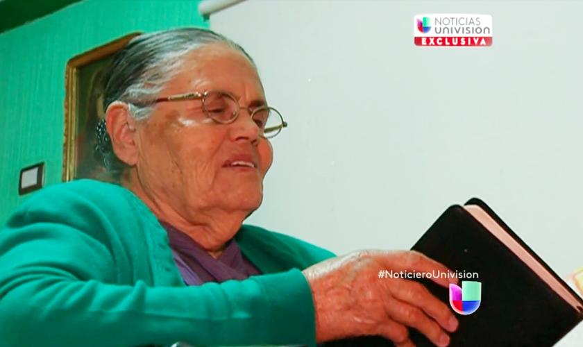 María Consuelo Loera Pérez, hoje com 90 anos, não desistiu de orar por seu filho. (Foto: Reprodução/Univision)