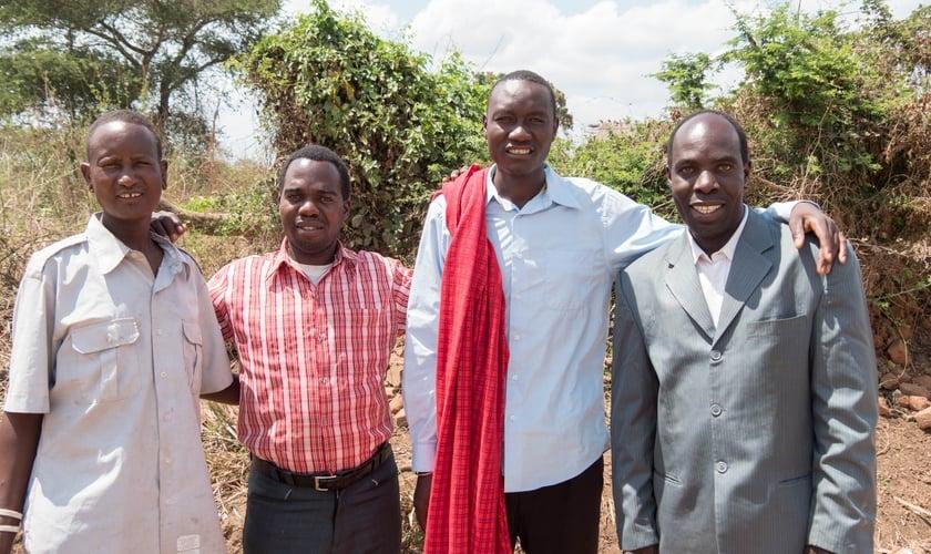 Jacob (com manto vermelho), ao lado de um missionário, um plantador de igrejas e um de seus discípulos. (Foto: Timoty Initiative)