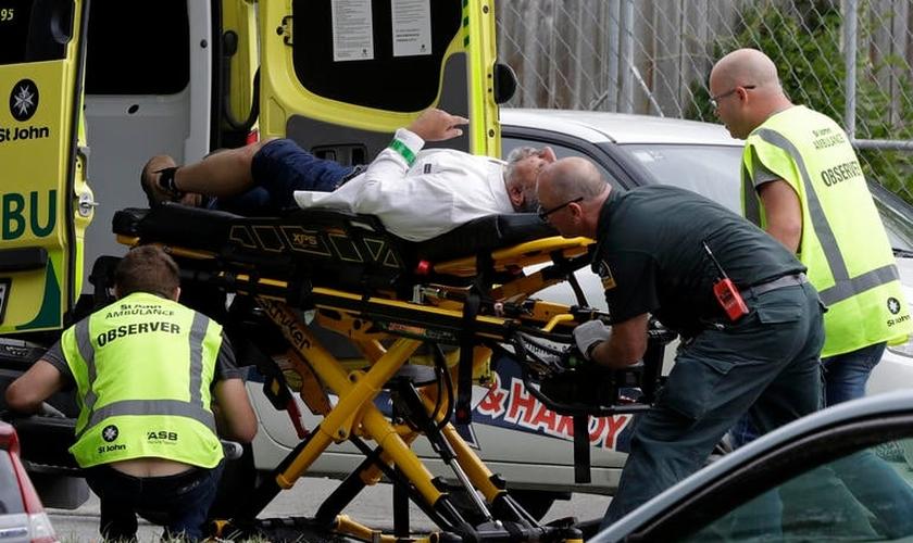 Vítimas são socorridas após ataques em mesquitas na NZ. (Foto: Reprodução/Premier)