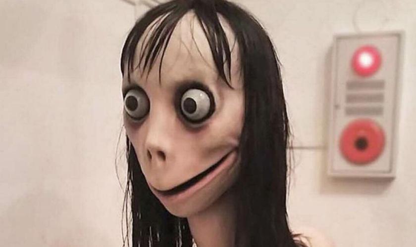 Personagem virtual Momo desafia crianças a cometerem suicídio. (Imagem: Rolling Stone)