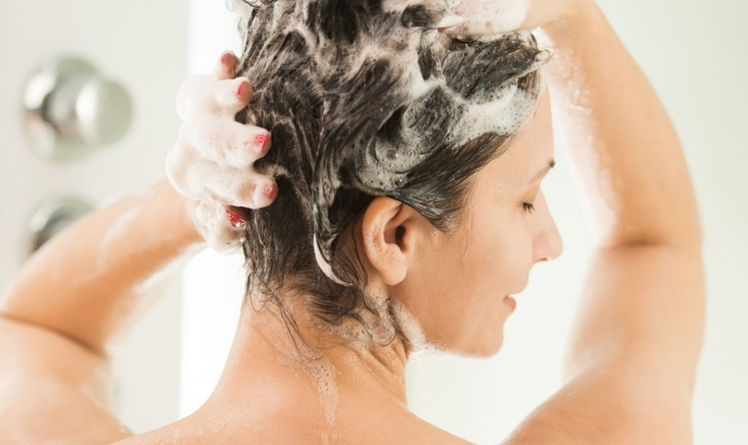 Aprenda a lavar os cabelos do jeito certo para evitar danos aos fios  (Foto: iStock)