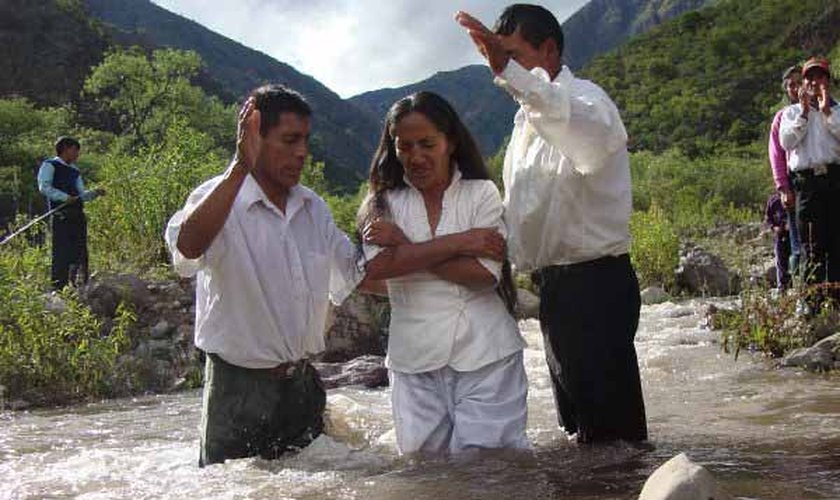 Missionários nativos batizam novos crentes em Bangladesh. (Foto: Reprodução/CAM)