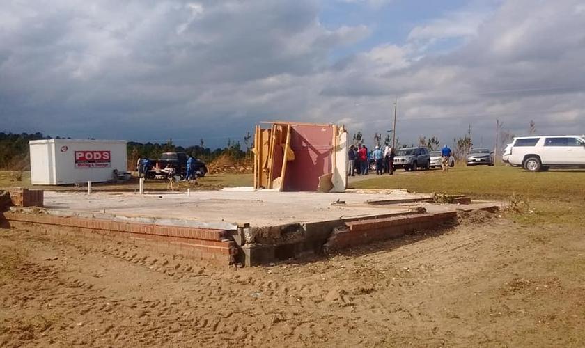 O tornado destruiu uma casa no Alabama (EUA), mas o quarto de oração permaneceu de pé. (Foto: Reprodução/Facebook)