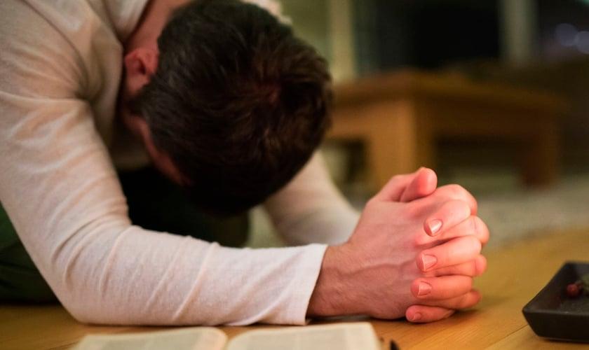 Imagem ilustrativa. Pastor foi livrado de ataque enquanto orava ajoelhado. (Foto: StockPhotos)
