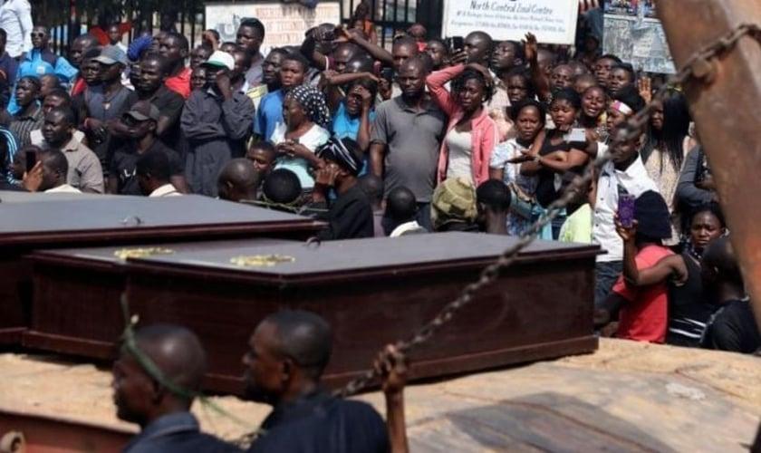 Pessoas choram enquanto um caminhão carrega os caixões de pessoas mortas pelos Fulani, em Makurdi, Nigéria. (Foto: REUTERS / Afolabi Sotunde)