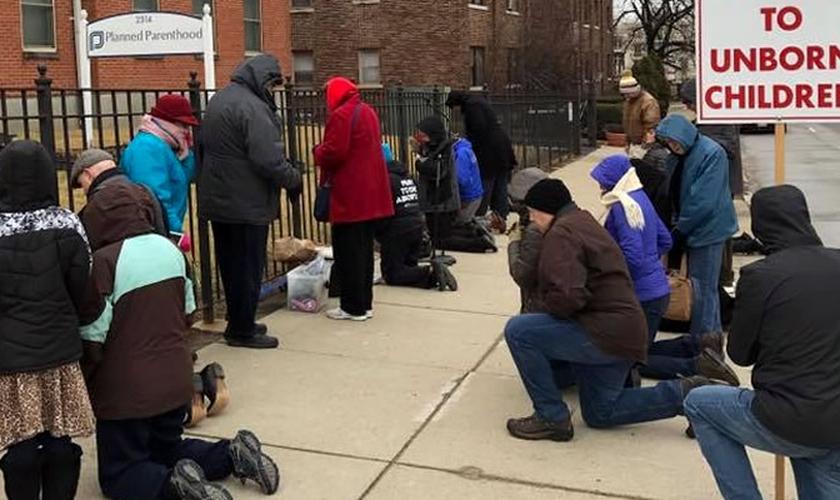 """Ativistas pró-vida oram em frente a uma das clínicas de aborto da rede """"Planned Parenthood"""", nos EUA. (Foto: 40 Days for Life)"""