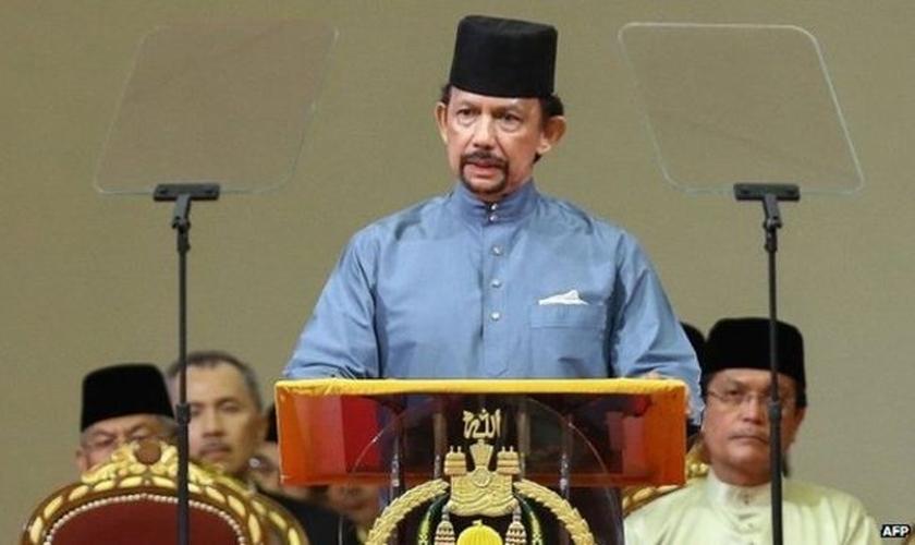 Sultão de Brunei, Hassanal Bolkiah, adotou a lei Sharia em sua total extensão, após exigir que o país tivesse um ensino islâmico rigoroso. (Foto: BBC)