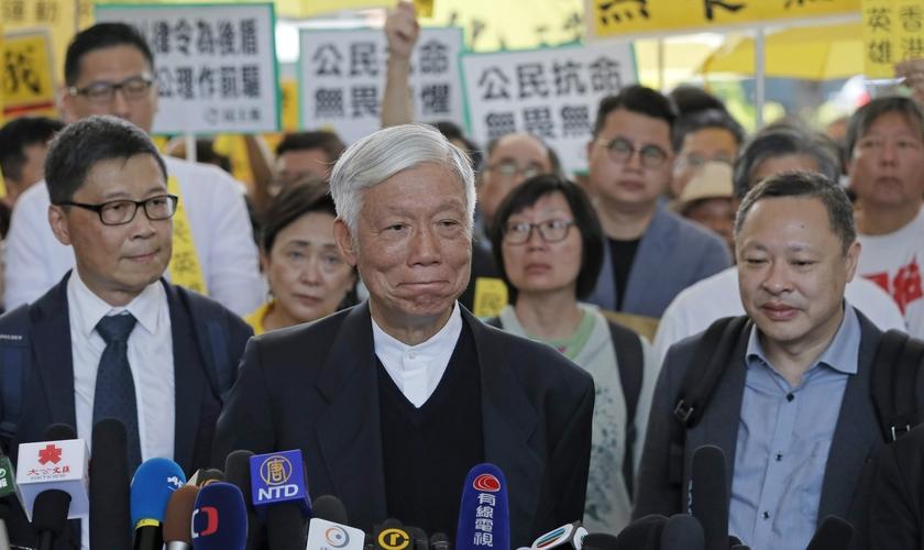 Pastor Chu Yiu-ming (centro) ao lado dos ativistas Benny Tai e Chan Kin-man antes de entrar no tribunal para ouvir seu veredito. (Foto: Kin Cheung/AP)