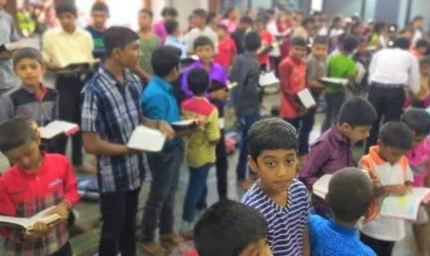 Crianças na Escola Bíblica da Igreja de Sião, no Sri Lanka. (Foto: Twitter / danishkanavin)