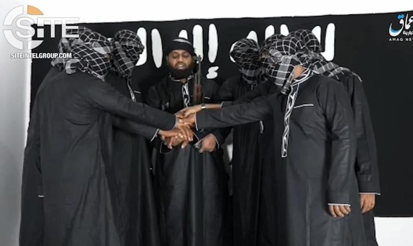 Imagens liberadas pelo Estado Islâmico exibem ao centro, Abu Ubaida, também conhecido como Zahran Hashin, um dos terroristas que responsáveis pelos ataques no Sri Lanka. (Imagem: CNN)