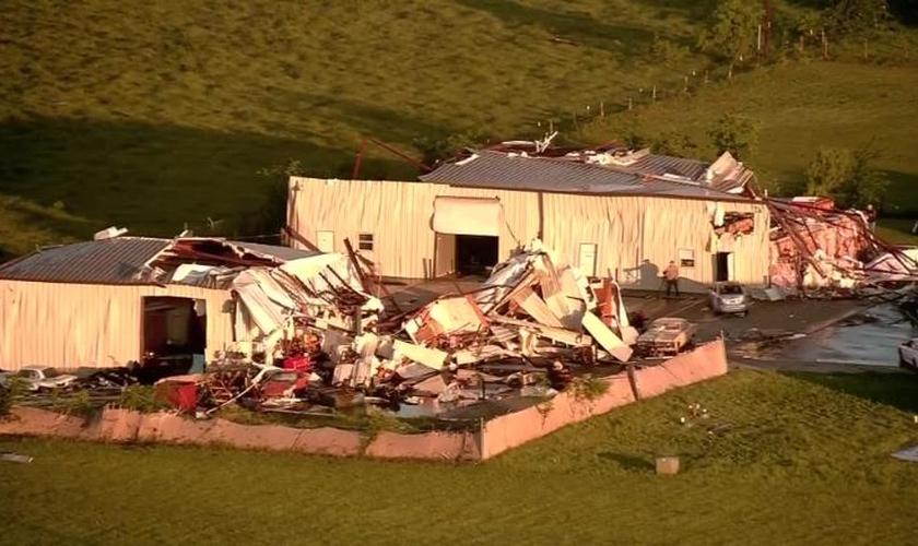 Imagens aéreas mostram danos na região de Bryan, no Texas, após as tempestades. (Foto: KPRC)