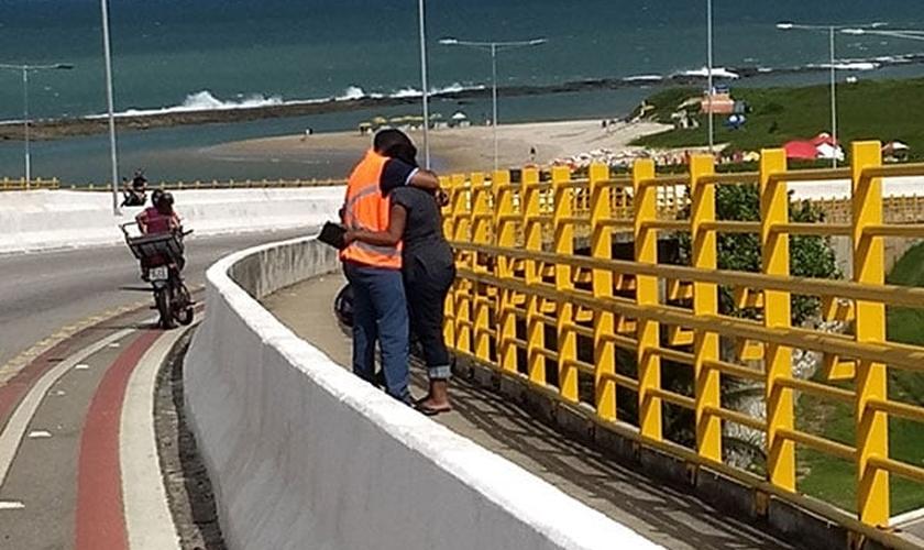 Atualmente, seis voluntários da Assembleia de Deus Milagres permanecem no alto da ponte em cada turno, para evitar que pessoas cometam suicídio, se jogando do alto do viaduto. (Foto: Tribuna do Norte)