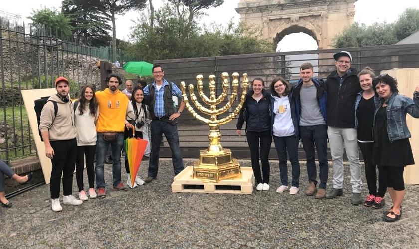 Uma réplica da Menorá está sendo conduzida por cristãos alemães a Israel.(Foto: The Menorah Project)