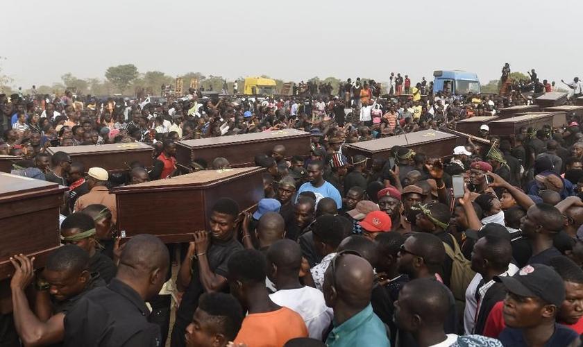 Massacres contra cristãos crescem na Nigéria e número de mortos já chega a 800, somente nestes primeiros 4 meses de 2019. (Foto: Forbes)