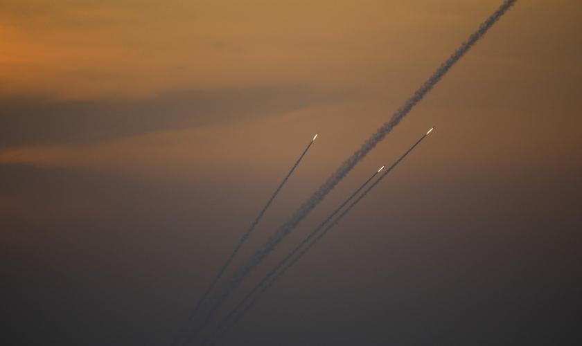 Foguetes são lançados da Faixa de Gaza em direção a Israel na noite deste domingo. (Foto: Ariel Schalit/AP)
