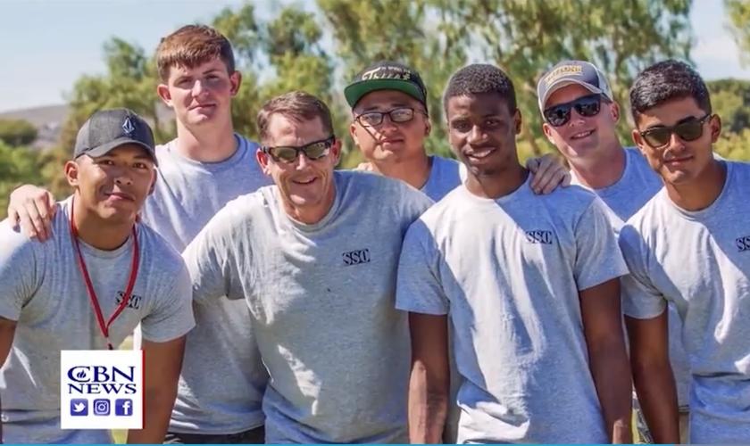 Soldados participam de ação evangelística, liderada por Rick Wolf. (Foto: CBN News)